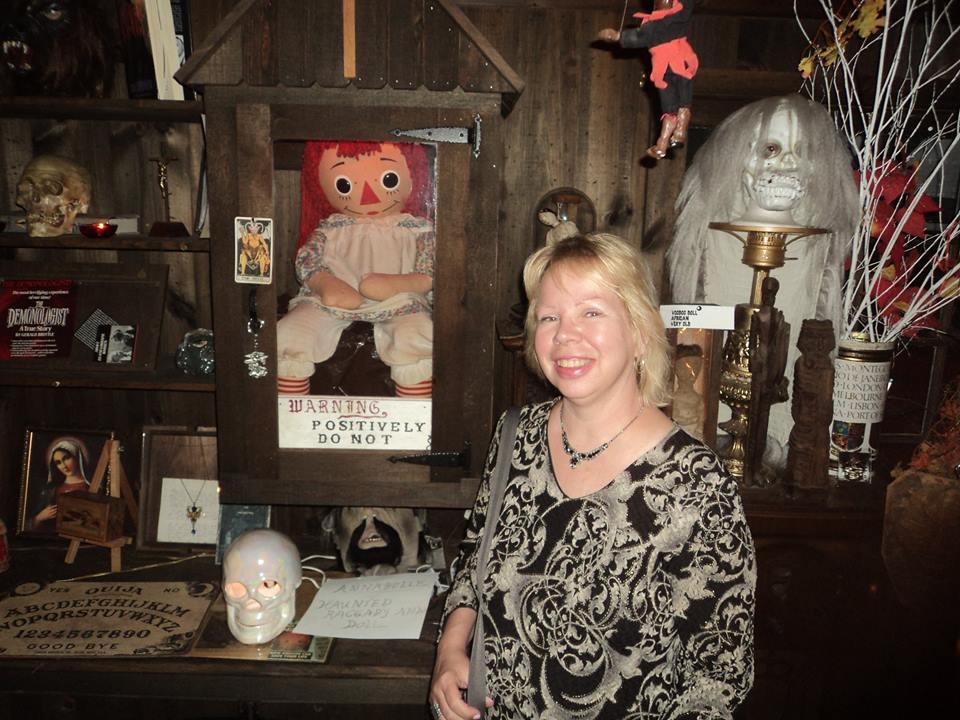 Кукла анабель в музее ходе